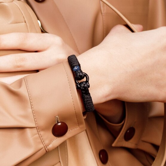 Тонкий кожаный браслет чёрного цвета для мужчин и женщин — № 10070